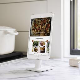 Twelve South HiRise Deluxe 2 - podstawka z zestawem kabli do iPhone, biała (12-1628)