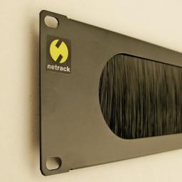 NetRack panel maskujący z przepustem szczotkowym 60mm do szafy 19'', 2U, czarny
