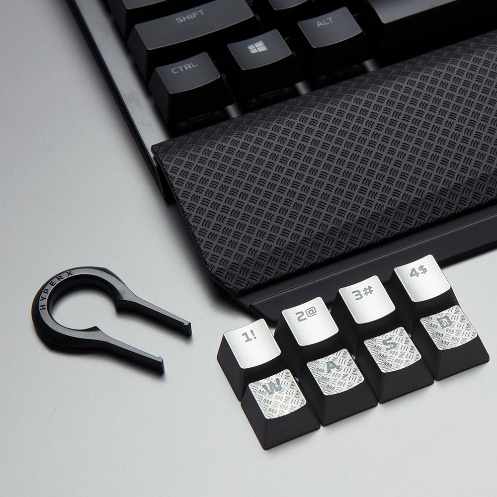 Komfortowa, odłączana podpórka pod nadgarstki i dodatkowe nakładki na klawisze w kolorze tytanu o specjalnej fakturze