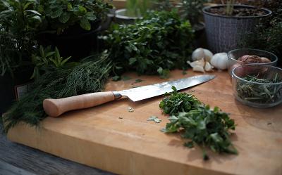 Jak ostrzyć noże kuchenne? Czym naostrzyć nóż kuchenny?