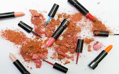 Czy makijaż niszczy skórę i naszą cerę? Czy jest bezpieczny dla ciała?