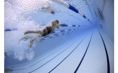 Co daje basen? Korzyści z regularnego pływania