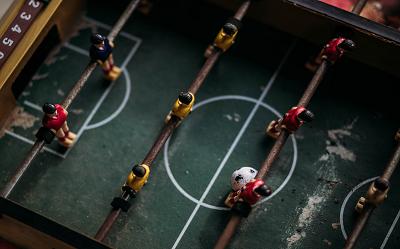 Jaki stół do piłkarzyków wybrać? Na co zwrócić uwagę wybierając stół?