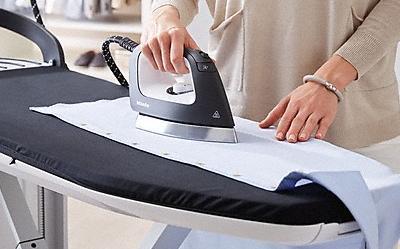 Jak wyprasować ubrania bez żelazka? Poznaj kilka